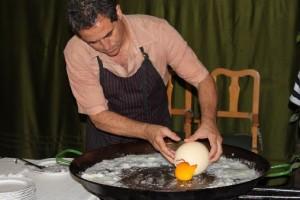 страусиное яйцо на сковородке