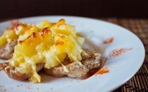 Запеченные ананасы под сыром