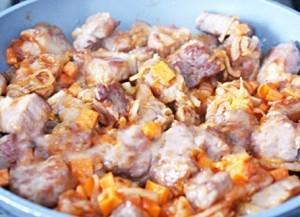 Мясо с овощами выкладывается на сковороду