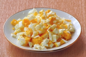 Вареное яйцо режем на небольшие кубики