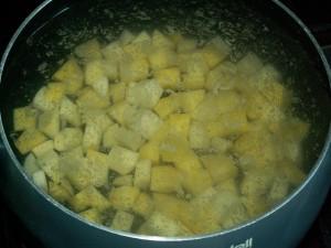 В кастрюлю заливаем воду и бросаем порезанную кубиками картошку