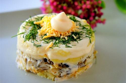 теплый слоеный салат