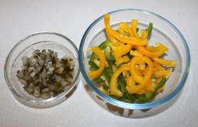 Полосками нарезаем перец и кубиками огурцы