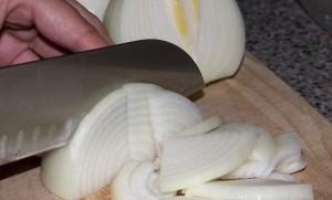 Полукольцами режем лук