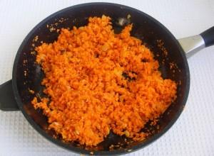 вместе с морковью жарим до ее мягкости
