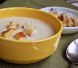 Крем-суп из капусты с сухариками и сыром