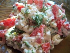 Салат из цветной капусты с томатами и горошком