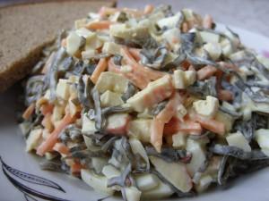 Салат с зеленым луком и крабовыми палочками