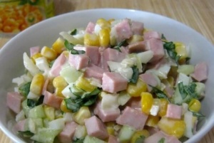 салат с кукурузой и колбасой и яйцами