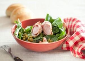 Салат с беконом и сосисками