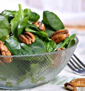Салат с грецкими орехами и крапивой