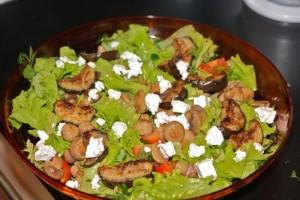 Теплый салат с грибами и баклажаном