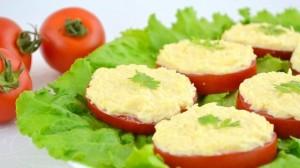 Томаты с сырно-чесночной начинкой