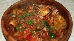 Перекладываем содержимое сковороды в кеци или форму