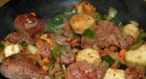 Перемешиваем кусочки баклажана и перец с морковью