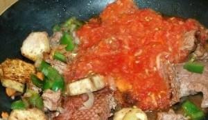 Смешиваем мясо, баклажаны с помидорами и чесноком