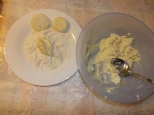 Ложкой (столовой или десертной) набрать творожную массу