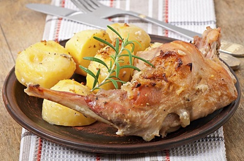 тушеный кролик с картошкой