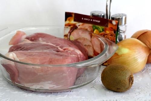 замариновать свинину с киви