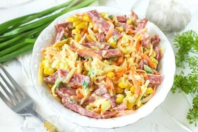 Салат с морковью и копченой колбасой