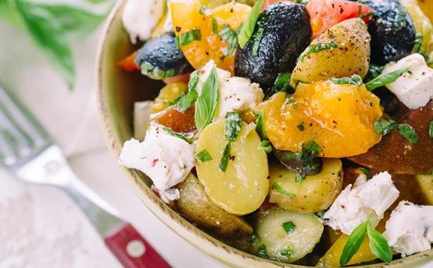 Теплый средиземноморский картофельный салат