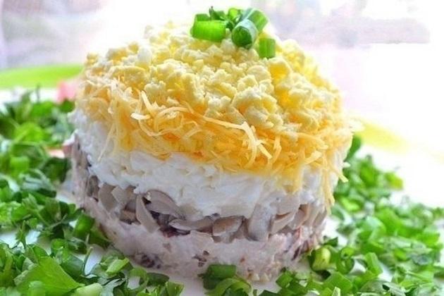 Салат с курицей и жареными грибами