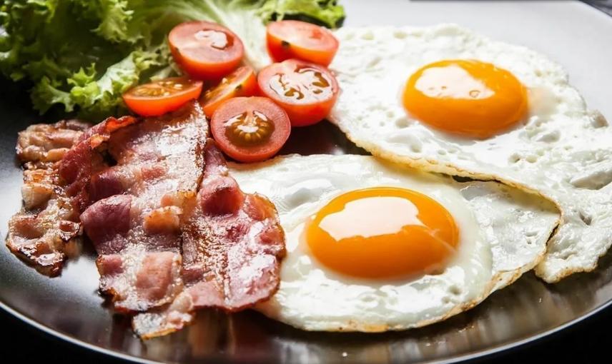 бекон с яйцом
